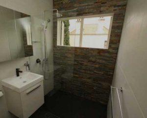 Sustitución de bañera por plato de ducha pared de piedra