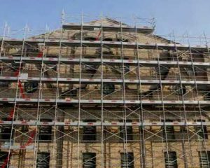 Rehabilitación de edificio con andamios